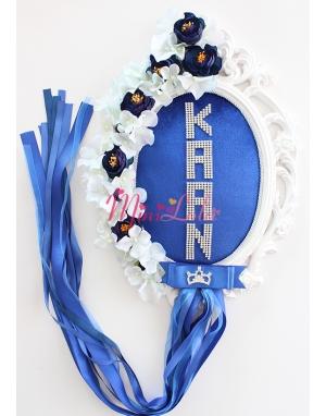 Saks mavisi kadife kumaşlı ortanca gül çiçekli gümüş isim yazılı süslü kapı süsü