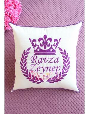 Mor renk isim işlemeli taç desen kişiye özel krem takı yastığı