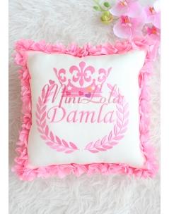 Şeker pembe renk isim işlemeli çiçekli krem takı yastığı