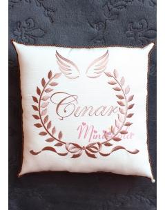 Kahverenk kanat isim işlemeli krem takı yastığı
