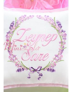 Pembe lila renkli lavanta desen işlemeli isimli takı yastığı