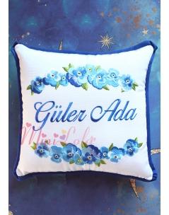Mavi renk geçişli menekşe çiçek desenli isimli takı yastığı