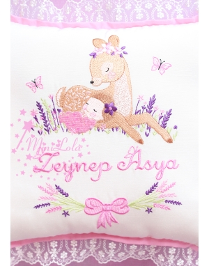 Pembe mor lavanta çiçekli ceylan bebek işlemeli isimli dantelli takı yastığı