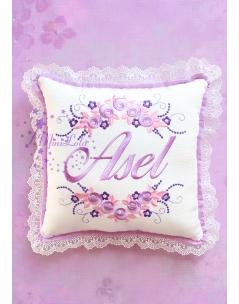 Lila mor renk çiçekli sim dantel detaylı isimli takı yastığı