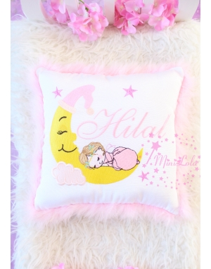Pembe renkli ay ve uyuyan bebek nakış işlemeli isimli tüylü takı yastığı