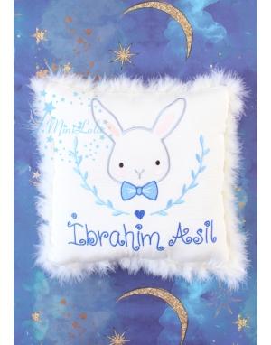 Saks mavi gri renk tavşan işlemeli tüylü isimli takı yastığı