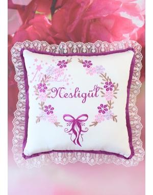 Mürdüm lila pembe çiçekli sim dantel detaylı isimli takı yastığı