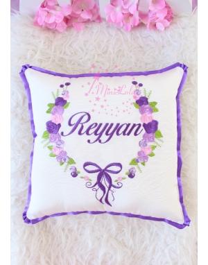 Mor lila renkli gül fiyonk desenli nakış işlemeli isimli takı yastığı