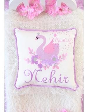 Pembe lila kuğu desenli dantel detaylı isimli takı yastığı