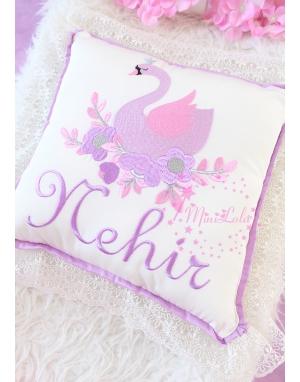 Pembe lila kuğu desenli dantel detaylı isimli yastık kılıfı