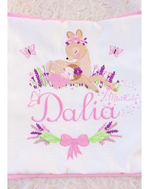 Pembe mor lavanta çiçekli ceylan bebek işlemeli isimli yastık kılıfı