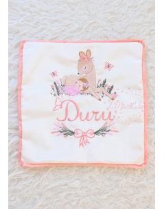 Somon pembe lavanta çiçekli ceylan bebek işlemeli isimli yastık kılıfı