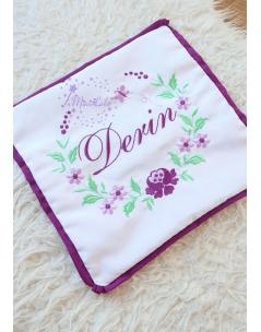 Mor lila renk çiçek desenli yeşil yaprak detaylı isim işlemeli yastık kılıfı
