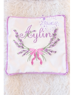Lila pembe renkli lavanta fiyonk desen işlemeli isimli yastık kılıfı