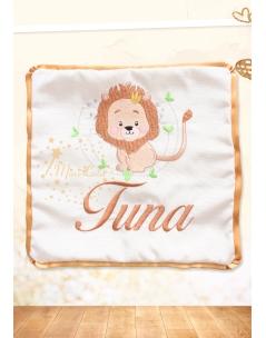 Kahverenk aslan desenli isim işlemeli krem yastık kılıfı