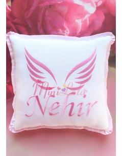 Pembe renk melek kanat işlemeli isimli takı yastığı