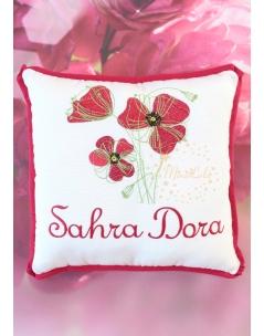 Kırmızı renkli gelincik çiçekli isim işlemeli nakışlı yastık kılıfı