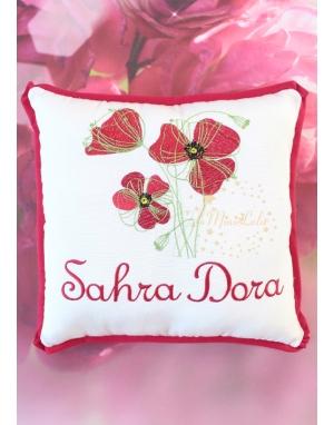 Kırmızı renkli gelincik çiçekli isim işlemeli nakışlı takı yastığı