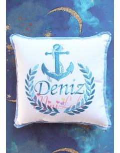 Koyu mavi renk çapa desenli isim işlemeli beyaz takı yastığı