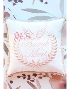 Sütlü kahve melek kanat isim işlemeli krem takı yastığı