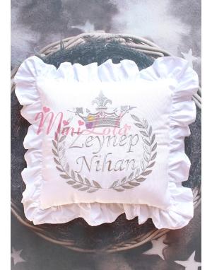 Simli gümüş renk taç işlemeli fırfırlı isimli beyaz takı yastığı