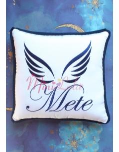 Koyu lacivert renk melek kanat isim işlemeli isimli beyaz takı yastığı