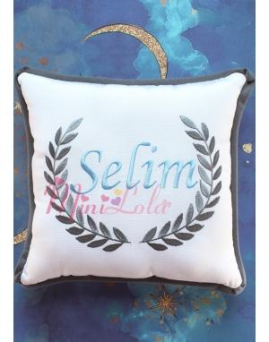 Gri mavi renk sarmaşık isim işlemeli beyaz takı yastığı