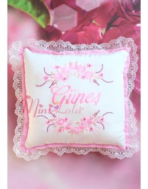 Pembe renk çiçekli sim dantel detaylı isimli takı yastığı