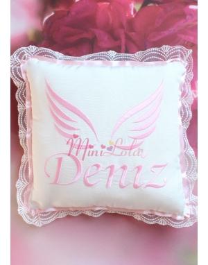 Pembe renk melek kanat isimli dantel detaylı krem takı yastığı