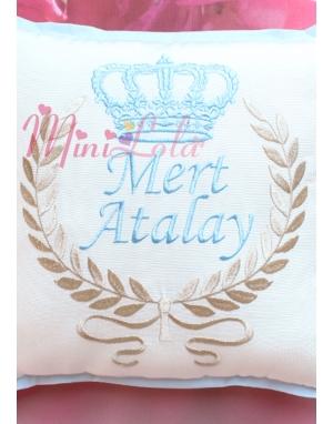 Mavi vizon renk taç desenli isim işlemeli krem takı yastığı