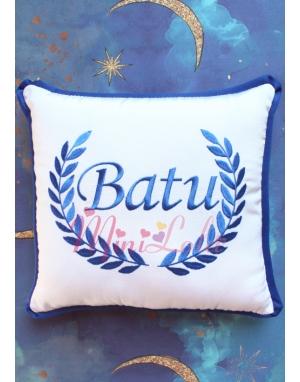 Saks mavi renk sarmaşık isim işlemeli beyaz takı yastığı