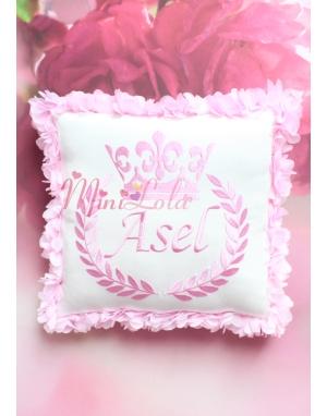 Pembe renk taç isim işlemeli çiçekli krem takı yastığı
