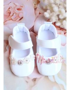 Kırık beyaz renk rugan üzeri taş detaylı ayakkabı