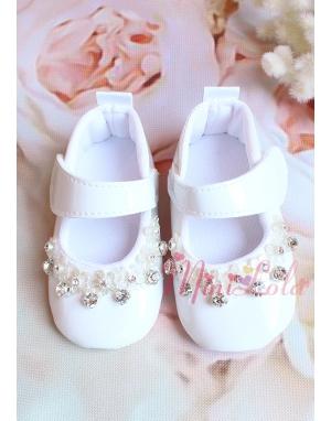 Kırık beyaz renk rugan üzeri gümüş taş detaylı ayakkabı