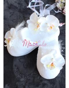 Beyaz renk orkide çiçekli inci tüy detaylı zarif lohusa seti