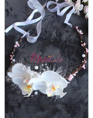 Beyaz renk orkide çiçekli inci tüy detaylı zarif bağlamalı taç