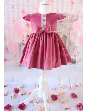 Gülkurusu pembe renk kadife kumaşlı ekru dantel düğme detaylı elbise