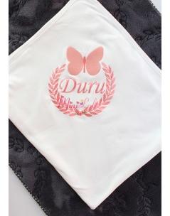 Somon renk kelebekli isim işlemeli çiçekli krem battaniye