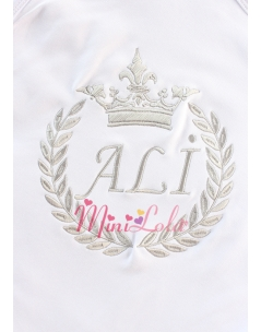 Gri renk taç isim işlemeli beyaz battaniye