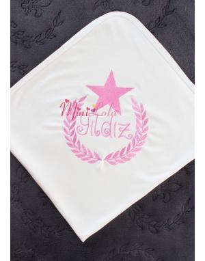 Koyu pembe renk yıldızlı isim işlemeli krem battaniye