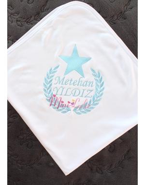 Mavi renk yıldız isim işlemeli beyaz battaniye