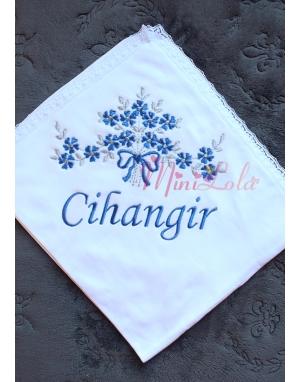Saks mavi gri çiçek desenli dantel detaylı isimli battaniye