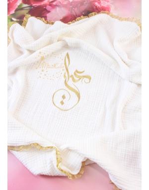Gold simli isim işlemeli kenarı fırfır detaylı müslin battaniye