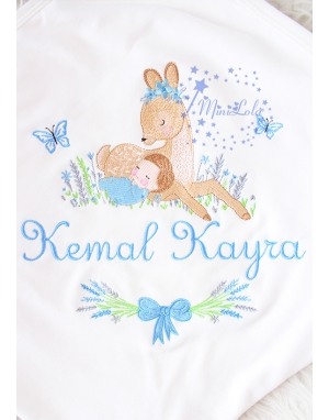 Mavi gri lavanta çiçekli ceylan bebek işlemeli isimli battaniye
