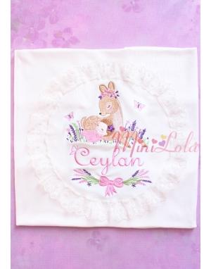 Pembe mor lavanta çiçekli ceylan bebek işlemeli isimli dantelli battaniye