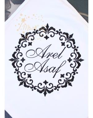 Siyah vintage çerçeve desenli isim işlemeli beyaz battaniye