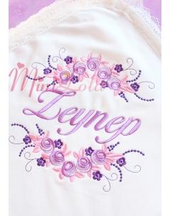 Lila mor renk çiçekli sim dantel detaylı isimli battaniye