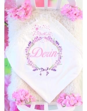 Pembe lila renkli lavanta desen işlemeli dantelli isimli battaniye
