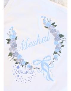 Mavi gri renkli gül fiyonk desenli nakış işlemeli isimli battaniye