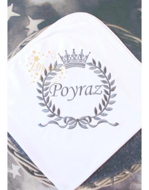 Koyu gri renk fiyonklu taç isim işlemeli beyaz battaniye